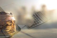 Dubbele blootstelling van hand het drukken de calculator en kruik die van muntstuk, voor investeringsconcept de plannen Royalty-vrije Stock Afbeelding