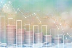 Dubbele blootstelling van het geld en de grafiek van Stapelmuntstukken op stadsachtergrond, investering en bedrijfsconcept royalty-vrije illustratie