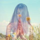 Dubbele blootstelling van het jonge vrouw mediteren en vreedzaam land Royalty-vrije Stock Foto