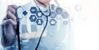 Dubbele blootstelling van het slimme medische arts werken royalty-vrije stock foto