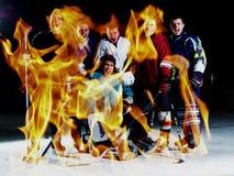 Dubbele blootstelling van het teamvergadering van ijshockeyspelers met trainer stock fotografie