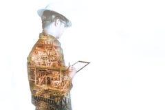 Dubbele blootstelling van Ingenieur of Technicus de mens met veiligheidshelm Royalty-vrije Stock Foto