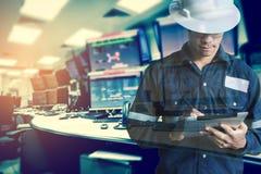 Dubbele blootstelling van Ingenieur of Technicus de mens in werkend overhemd Royalty-vrije Stock Afbeelding