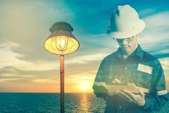 Dubbele blootstelling van Ingenieur of Technicus de mens in werkend overhemd Stock Foto's