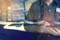 Dubbele blootstelling van Ingenieur of Technicus de mens in werkend overhemd Stock Afbeelding