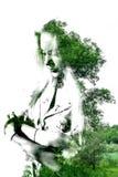 Dubbele blootstelling van jong mooi meisje onder de bladeren en de bomen Portret van aantrekkelijke die dame met foto van boom wo royalty-vrije illustratie