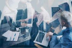 Dubbele blootstelling van jonge medewerkers die aan nieuw startproject in modern bureau samenwerken Commercieel vergaderingsconce stock afbeelding
