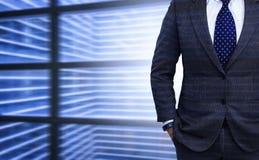 Dubbele blootstelling van jonge zakenman in zwart kostuum Stock Foto's