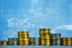 Dubbele blootstelling van muntstukstapel met financiële grafiek over stad en royalty-vrije stock foto