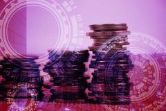 Dubbele blootstelling van muntstukstapel met stadsachtergrond en wereldkaart Royalty-vrije Stock Foto
