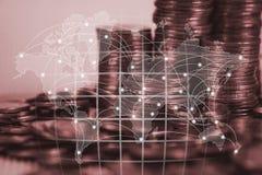 Dubbele blootstelling van muntstukstapel met stadsachtergrond en wereldkaart vector illustratie