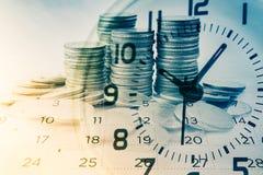 Dubbele blootstelling van rijen van muntstukken met klok en kalender, bedrijfs en financiënachtergrond royalty-vrije stock foto