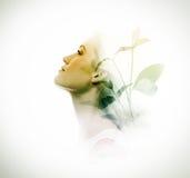 Dubbele blootstelling van vrouw en groene bladeren royalty-vrije stock afbeelding