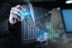 dubbele blootstelling van zakenmanhand die virtuele grafiekbusine trekken royalty-vrije stock afbeelding