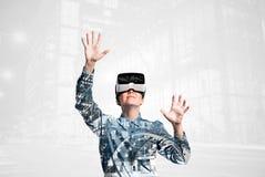 Dubbele blootstelling Vrouw met virtuele werkelijkheidsbeschermende brillen De stad van de nacht Royalty-vrije Stock Afbeeldingen