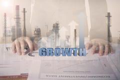 Dubbele blootstellings bedrijfsarbeider met de grafiekgroei en fabriek Royalty-vrije Stock Foto
