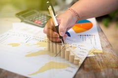 Dubbele blootstellings Bedrijfsdocumenten op bureaulijst en digitaal Stock Afbeelding