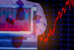 Dubbele blootstellings bedrijfsmens, computer en voorraadgrafiek als achtergrond, met concept risico en vluchtigheid van invester royalty-vrije stock foto