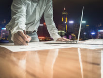 Dubbele blootstellings bedrijfsmens die in het bureau met Hong werken kon royalty-vrije stock afbeeldingen
