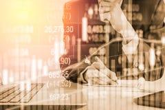 Dubbele blootstellings bedrijfsmens op voorraad financiële uitwisseling voorraad Stock Foto's