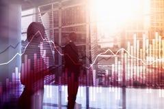 Dubbele blootstellings Financiële grafieken en diagrammen Bedrijfs, economie en investeringsconcept stock foto