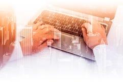 Dubbele blootstellings moderne technologie als concept met laptop stock foto
