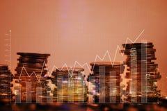 Dubbele blootstellingsstapel van muntstuk met financiële grafiek over stad en Stock Fotografie