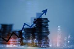Dubbele blootstellingsstapel van muntstuk met financiële grafiek over stad en Stock Afbeelding