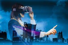 Dubbele ervaren blootstelling-toekomst VR de hoofdtelefoons, vrouwenzaken in kostuums die vingers gebruiken beste technologie mod royalty-vrije stock fotografie