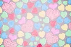 Dubbele exposer van kleurrijke harten met document textuur voor Valenti Stock Fotografie