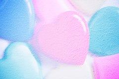 Dubbele exposer van kleurrijke harten met document textuur voor Valenti Stock Foto