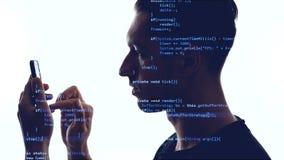 Dubbele expositie van mensenprogrammeur die smartphone met blauwe code inzake hem gebruiken Conceptenontwikkeling app voor een sm stock videobeelden