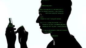 Dubbele expositie van mensenprogrammeur die smartphone met groene code inzake hem gebruiken Conceptenontwikkeling app voor een sm stock video