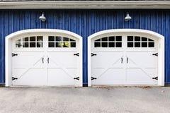 Dubbele garagedeuren Royalty-vrije Stock Afbeeldingen