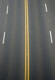 Dubbele gele lijnen en witte lijnenverdeler Stock Foto's