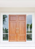 Dubbele houten deuren met glas en kader Royalty-vrije Stock Afbeeldingen