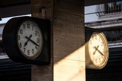 Dubbele klok bij het station Stock Afbeelding
