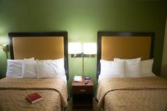 Dubbele Koninginbed Hotel Room Travelers Motel Reeks royalty-vrije stock afbeeldingen
