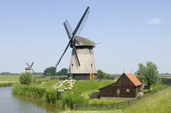 Dubbele Nederlandse windmolens Royalty-vrije Stock Fotografie