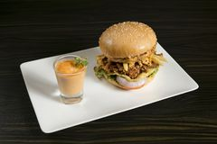 Dubbele Patty Crispy Chicken Burger met saus stock foto