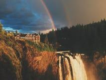 Dubbele regenboog bij snoqualmiedalingen Stock Afbeeldingen