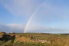Dubbele Regenboog in landelijk Iers Platteland royalty-vrije stock fotografie