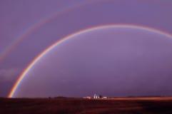 Dubbele regenboog op het gebied Royalty-vrije Stock Afbeeldingen
