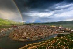 Dubbele regenboog over de universiteit van Yaqing Boedha stock foto's