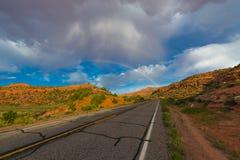Dubbele regenboog over de weg Stock Foto