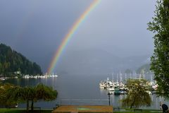 Dubbele Regenboog over Diepe Inham, Noord-Vancouver Royalty-vrije Stock Afbeeldingen
