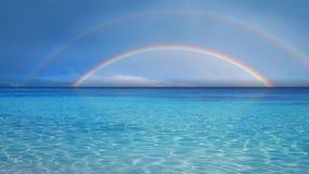 Dubbele regenboog over overzees royalty-vrije stock foto