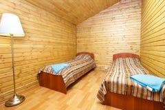 Dubbele ruimte met afzonderlijke bedden in motel stock afbeeldingen
