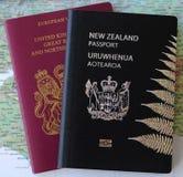 Dubbelnationalitet: NZ- och UK-pass Royaltyfri Bild