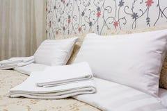 Dubbels?ng med kuddar i inre av det moderna sovrummet i vindl?genhet i stil f?r ljus f?rg av dyra l?genheter royaltyfria bilder